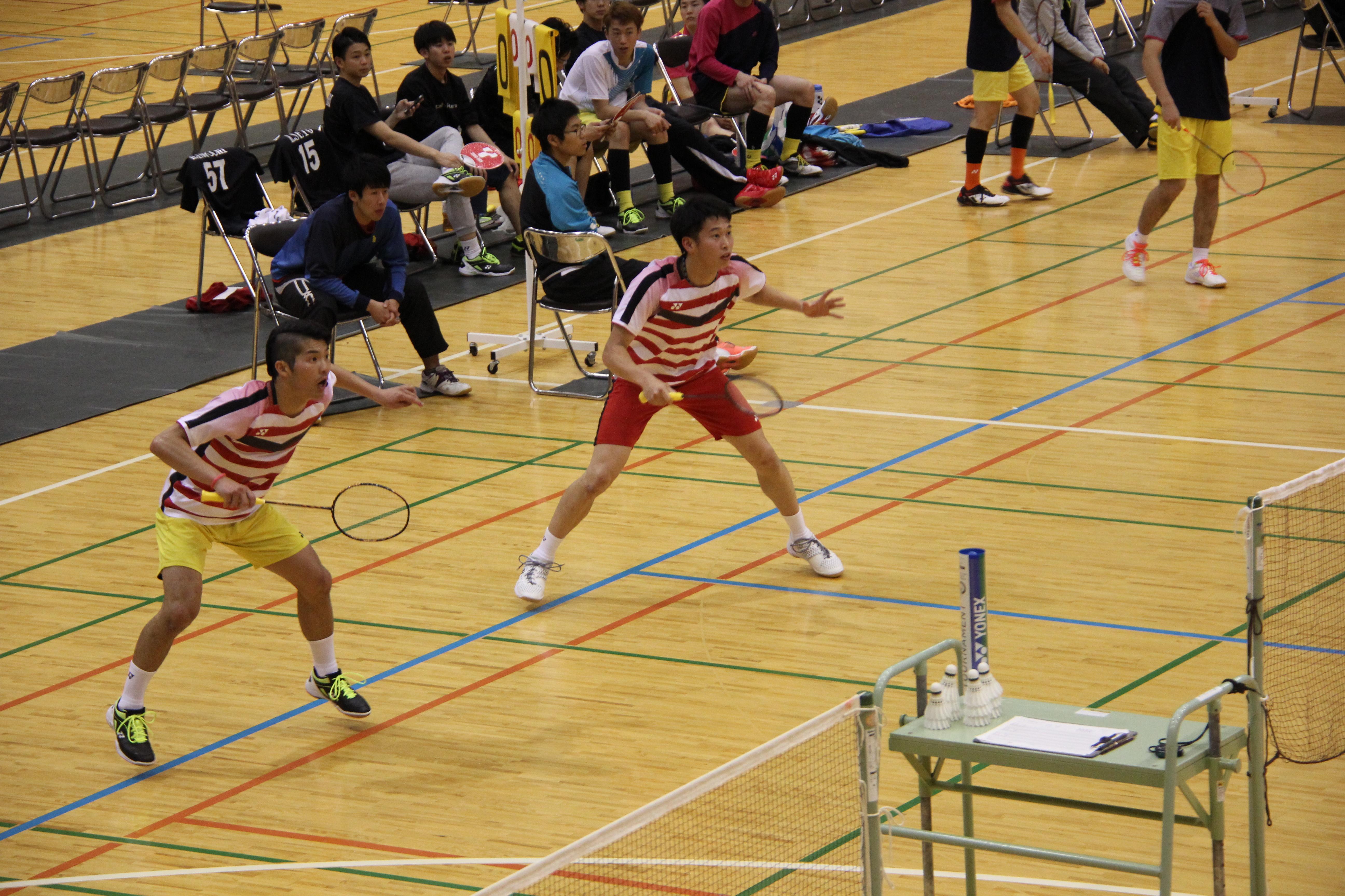 第1ダブルスを戦う小川桂汰さん、柴田一樹さんペア