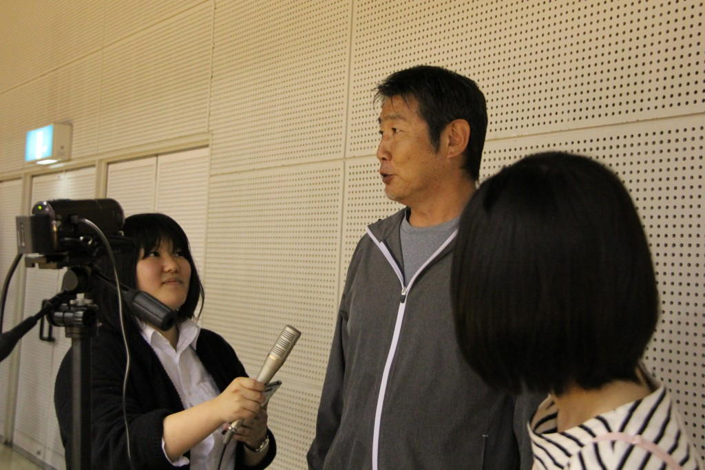 松浦進二監督にインタビューする鳥海さん