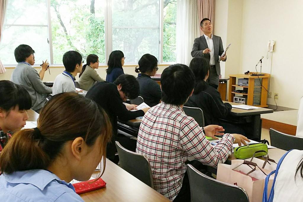 長岡福祉協会本部で法人についてお話を聞く学生たち