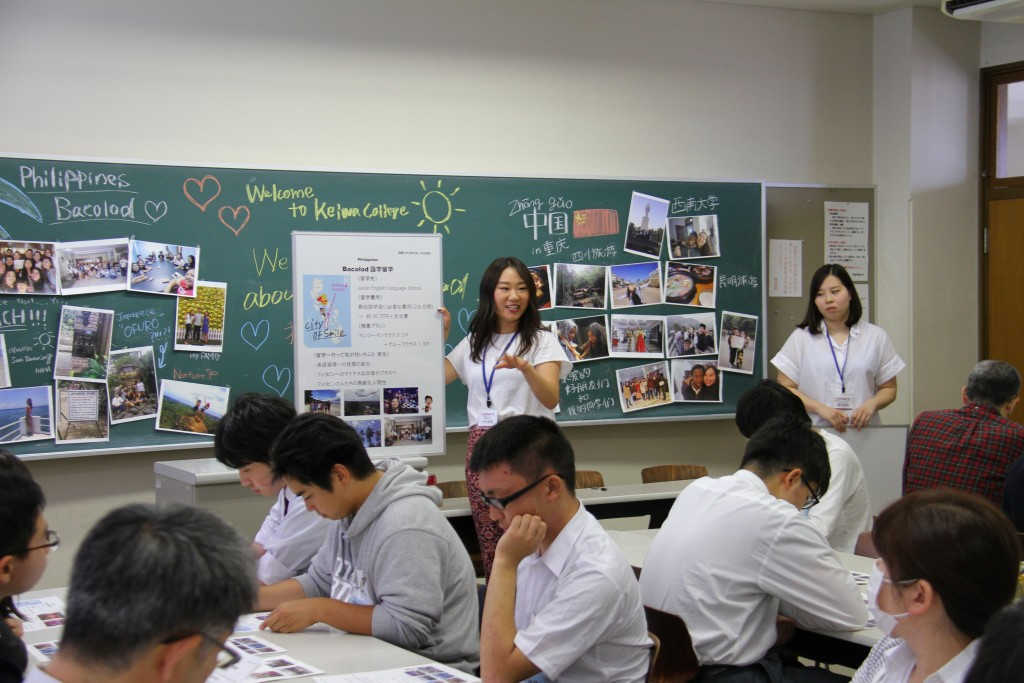 キャンパスツアーで先輩学生の発表を聴講
