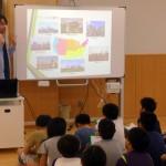 学生たちが住吉小学校を訪ね、世界の文化を伝えてきました