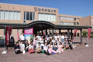 山田耕太学長とスタッフ学生たち