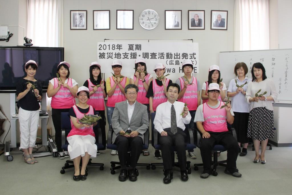 夏の被災地支援活動に参加するKeiwaHOPEのメンバー(交流で使う笹団子を持って)