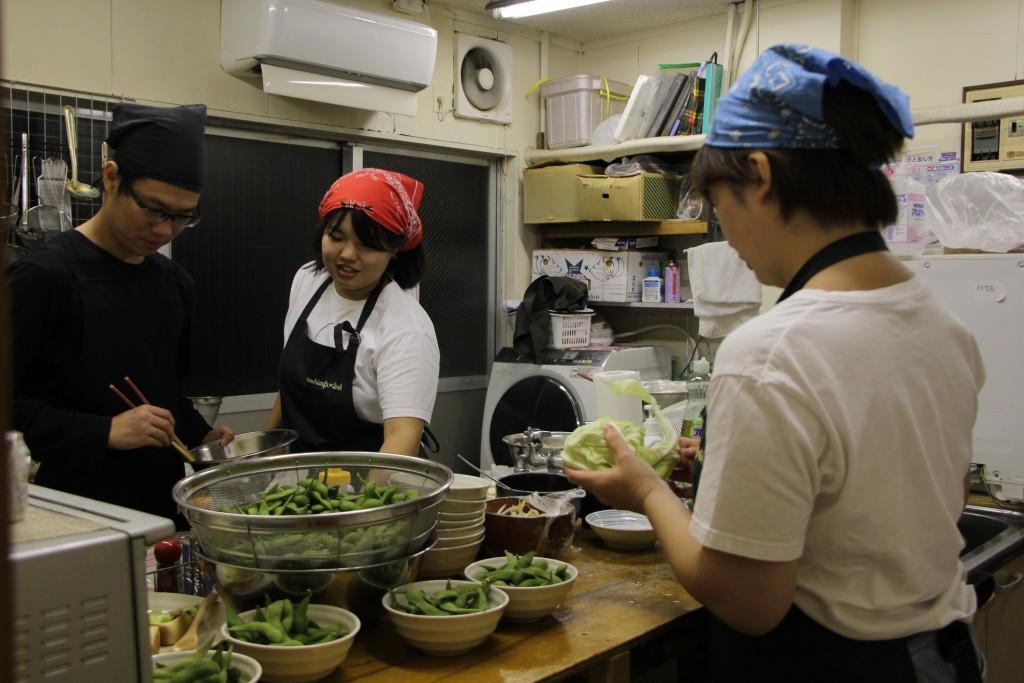 厨房は調理で大忙しでした