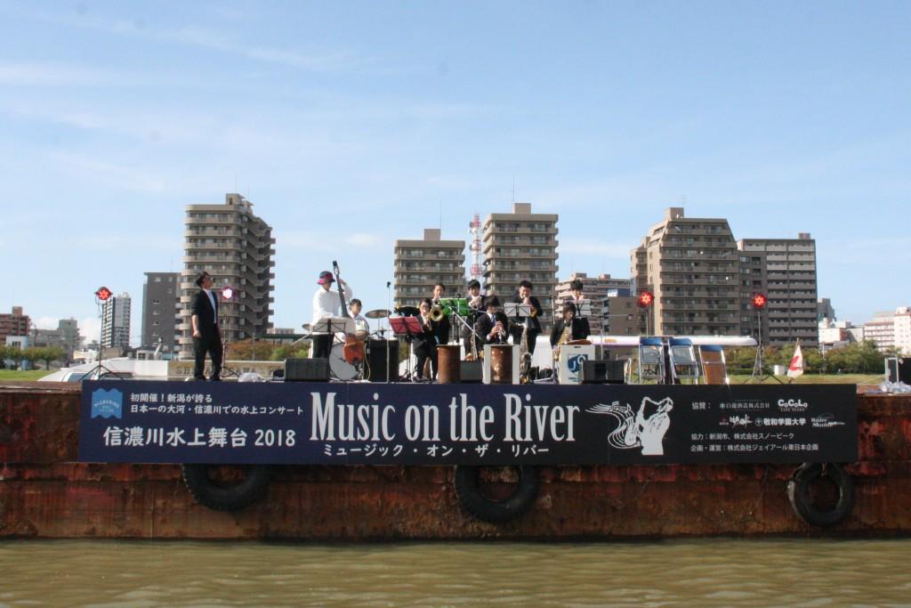 JazzQuestは、信濃川水上ステージで演奏した初めてのバンドとなりました!