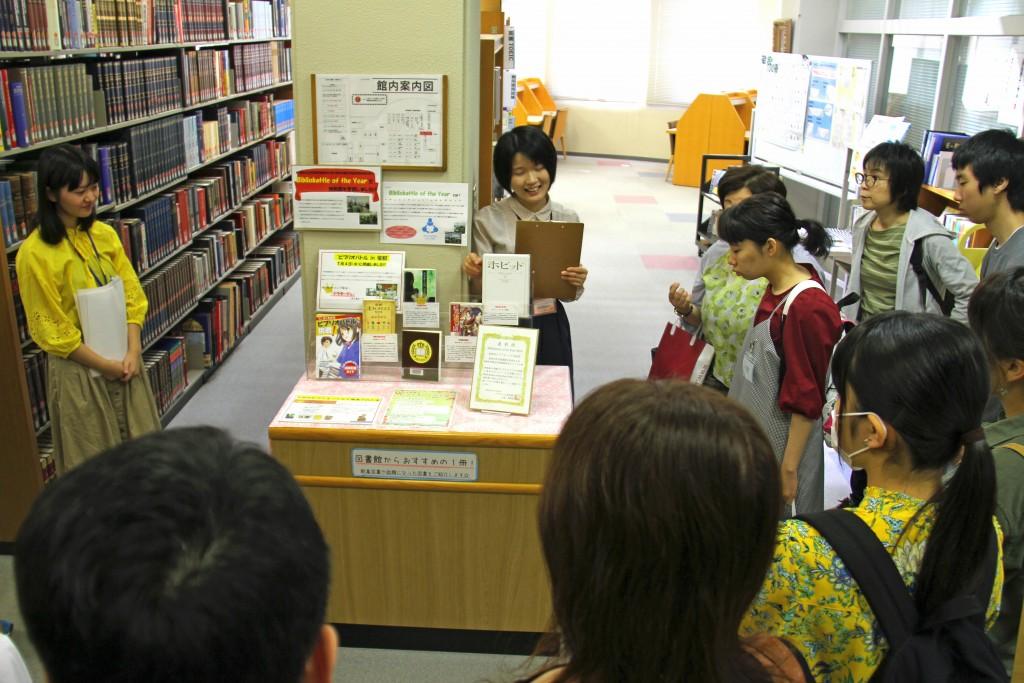 図書館では、学生が推薦する本のコーナーを紹介