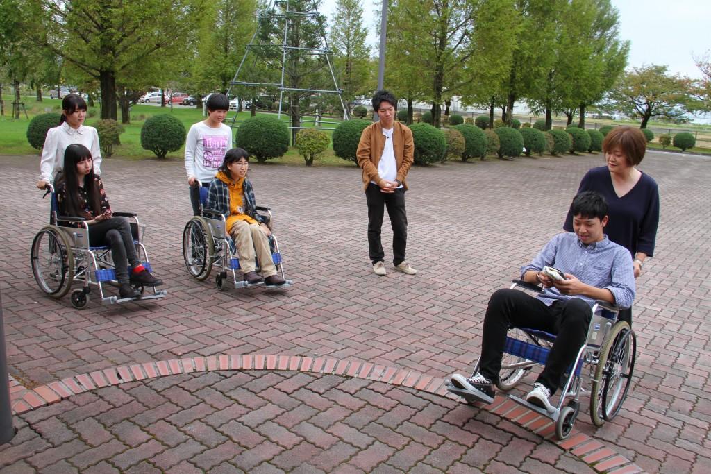 車いすの使い方を学ぶ学生たち