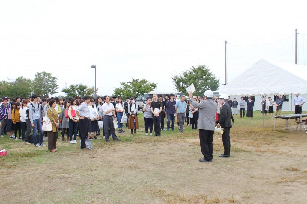 校舎内からグラウンドに避難した学生、教職員