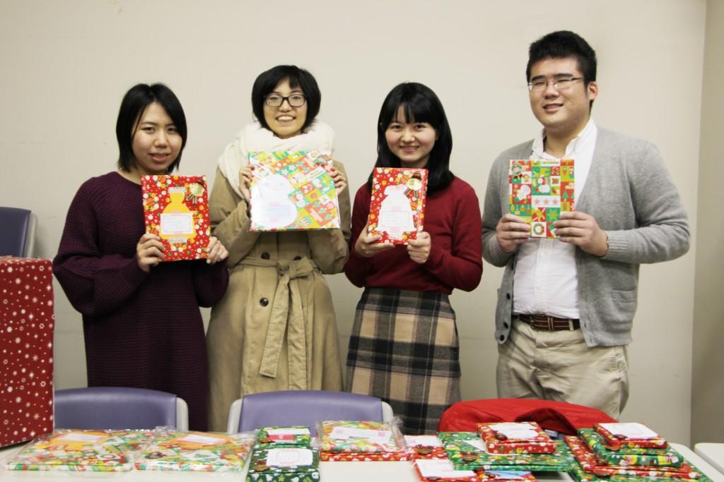 お預かりした本を仕分けし、学生たちがきれいに梱包しました