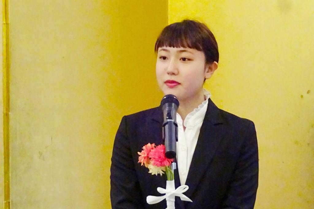 授賞式でスピーチする渡邉瞳さん