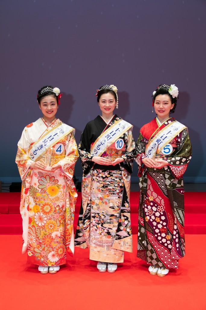 十日町きもの女王2019に選ばれた3人、右が小杉さん