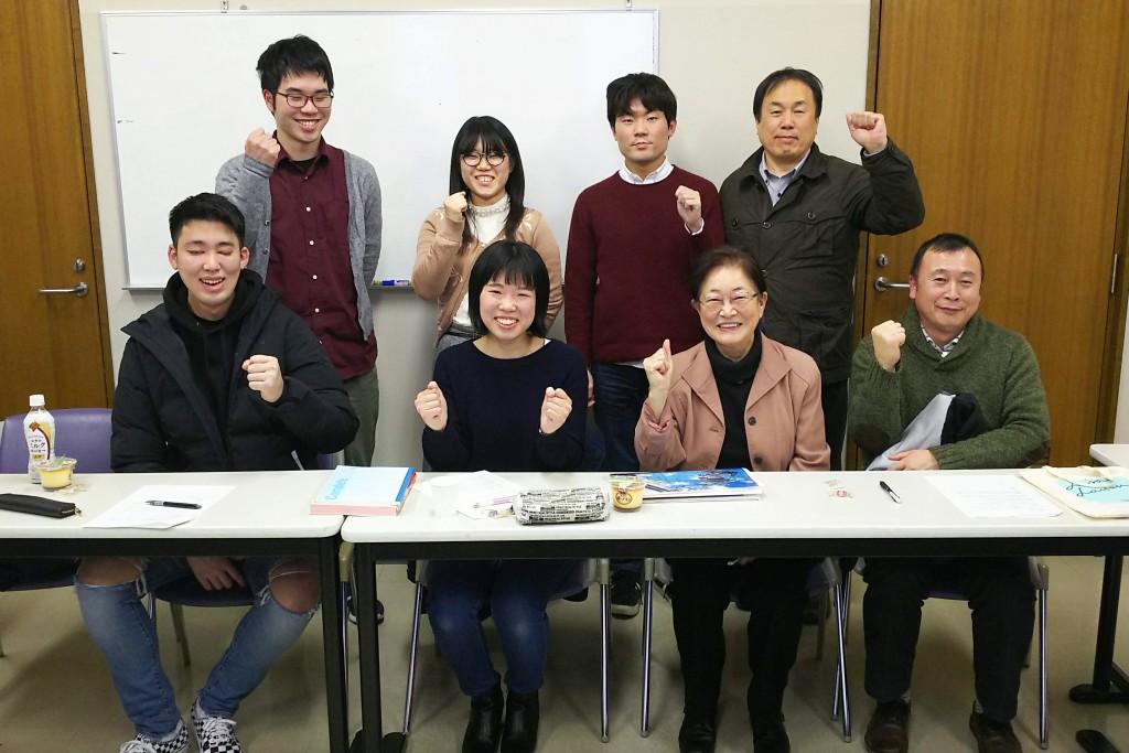卒業生の髙橋さんを囲んで、みんな「やればできる!」