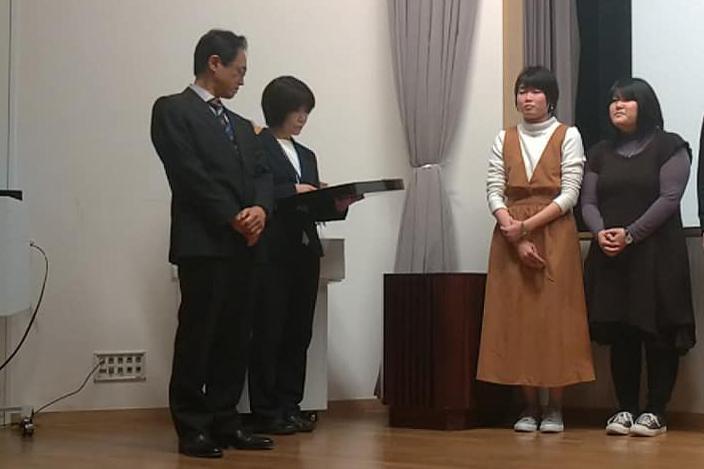 賞状を受け取る山川さん、鳥海さん