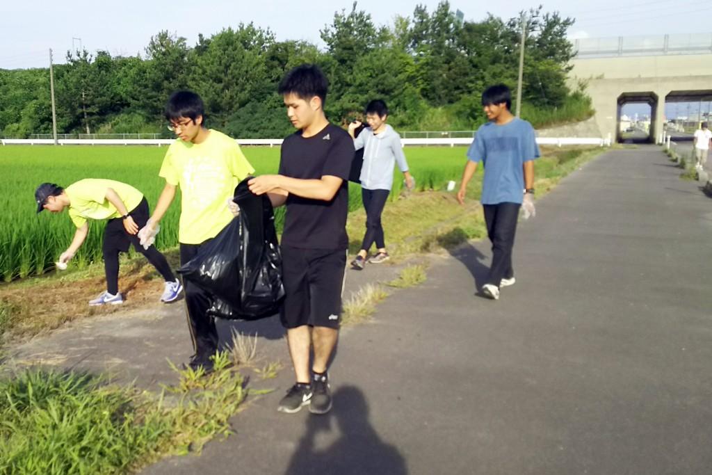 ごみ拾い+ウォーキング「クリーンウォーク」をする学生たち