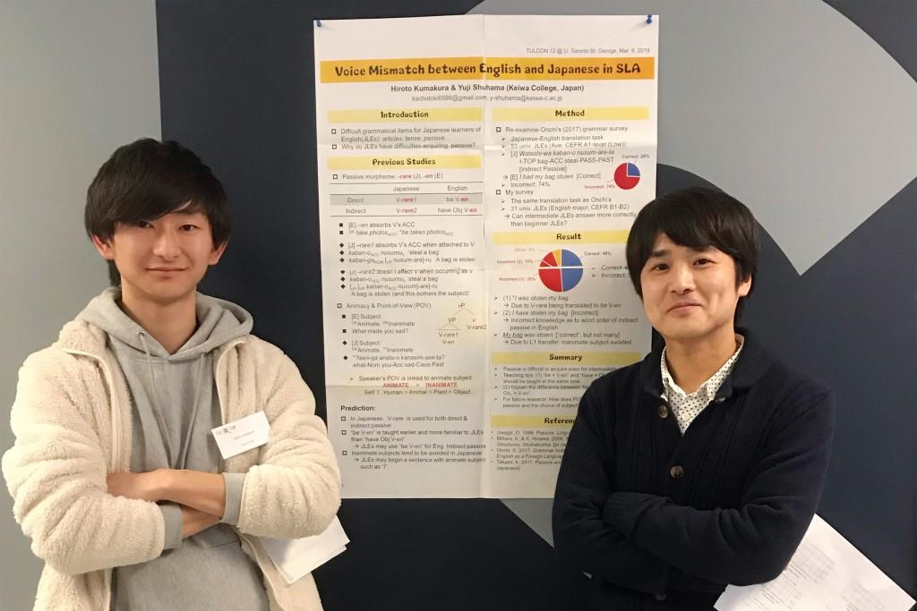 発表したポスターの前で(左から熊倉さん、主濱准教授)