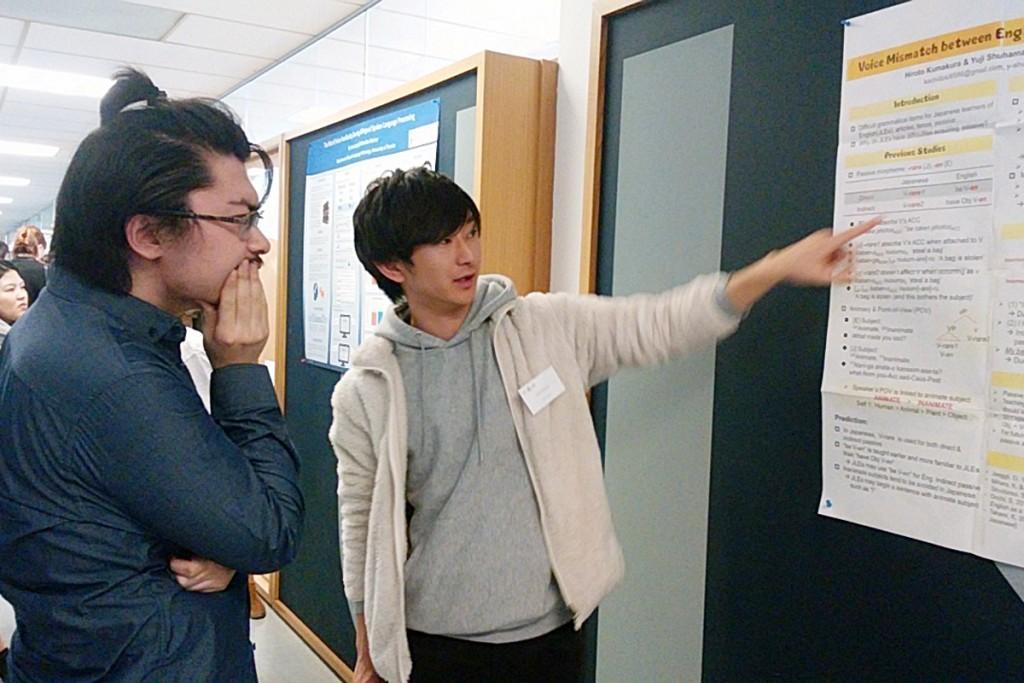 トロントの学生や先生方に、日本人の言語習得について説明する熊倉さん