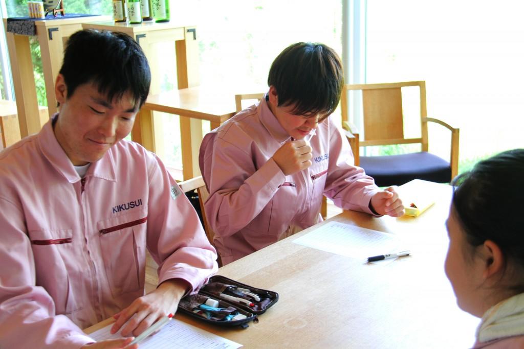 何度も香りを確認する学生たち