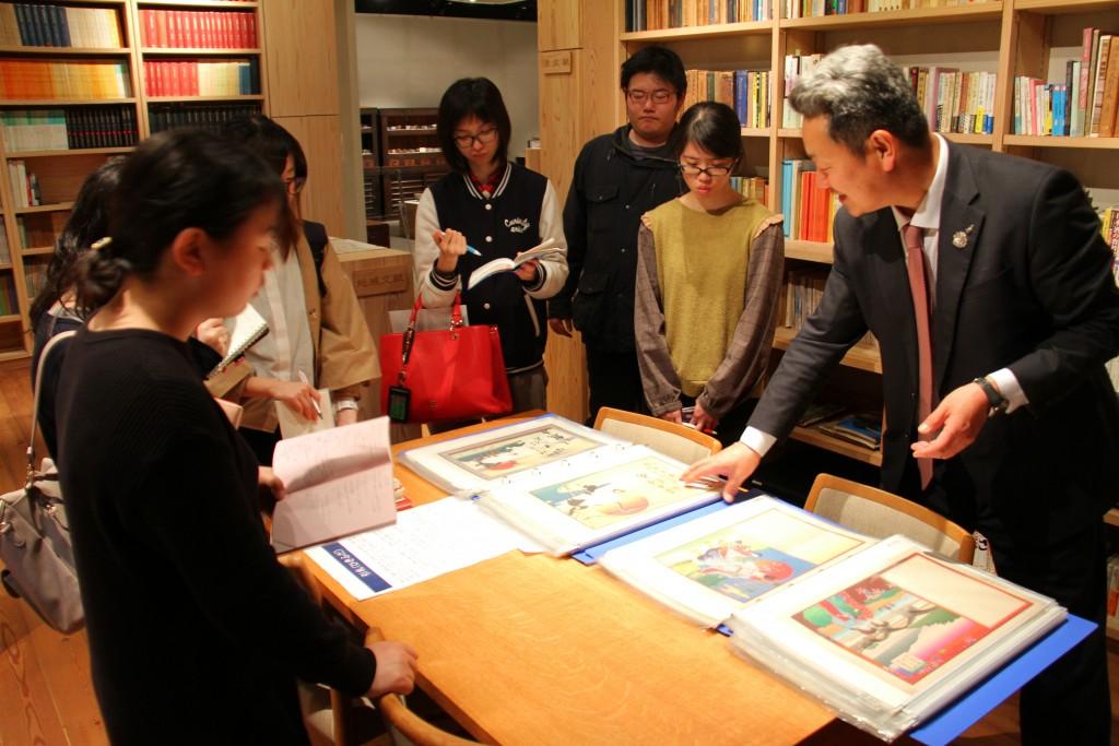 日本酒に関する古いチラシや書物なども充実