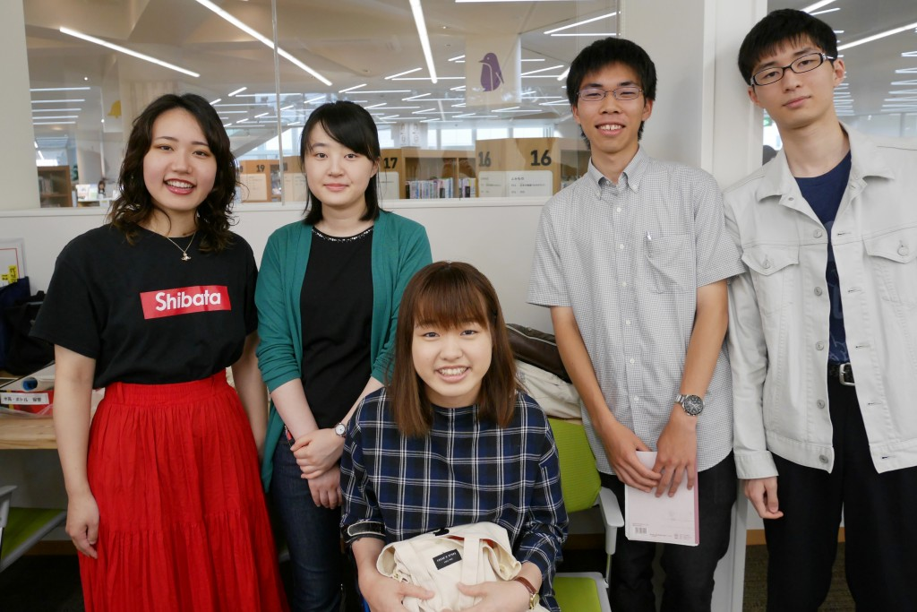 敬和図書愛好会ライブリオの学生たち