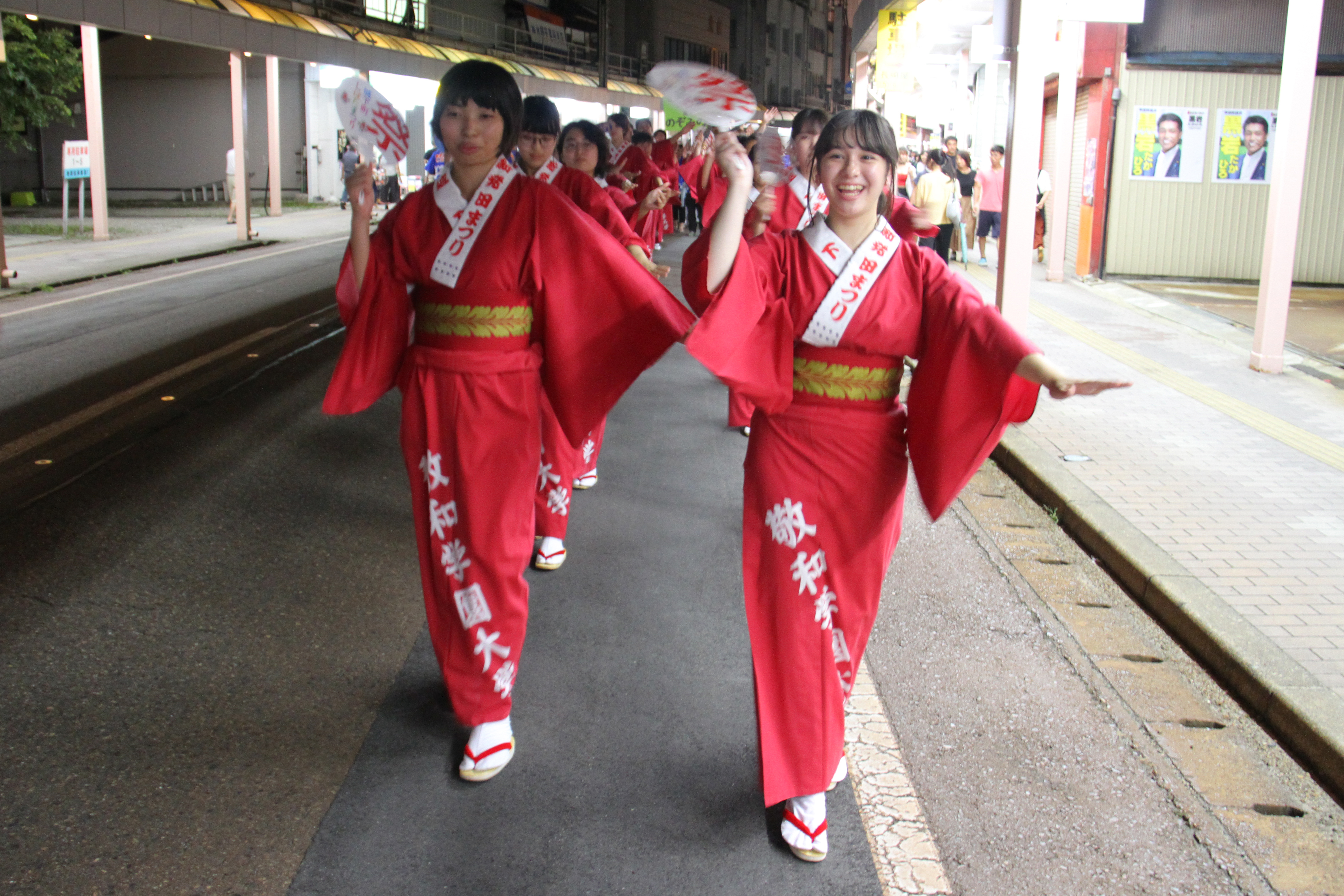 「新発田音頭」「新発田甚句」の生演奏にあわせて踊り歩きました