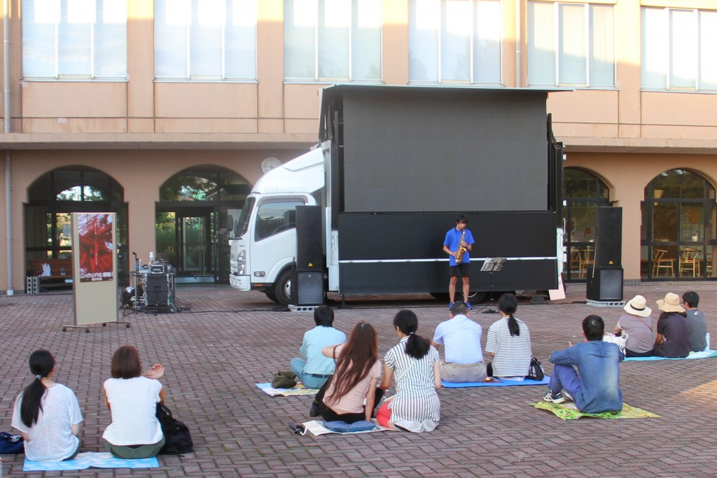 上映前には、本学独自イベント「学生たちによるダンス・演奏発表会」を行いました