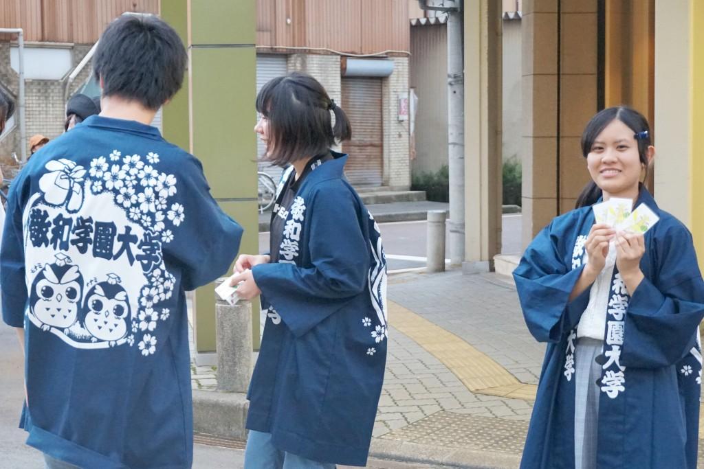 敬和学園大学のキャラクター、フクロウをモチーフにデザインしたハッピ、盛り上げに一役買いました。