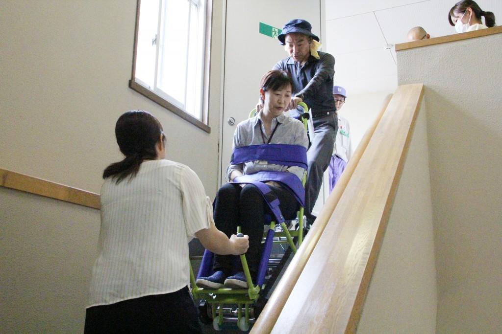 階段搬送支援器具を使っての避難方法を学習しました