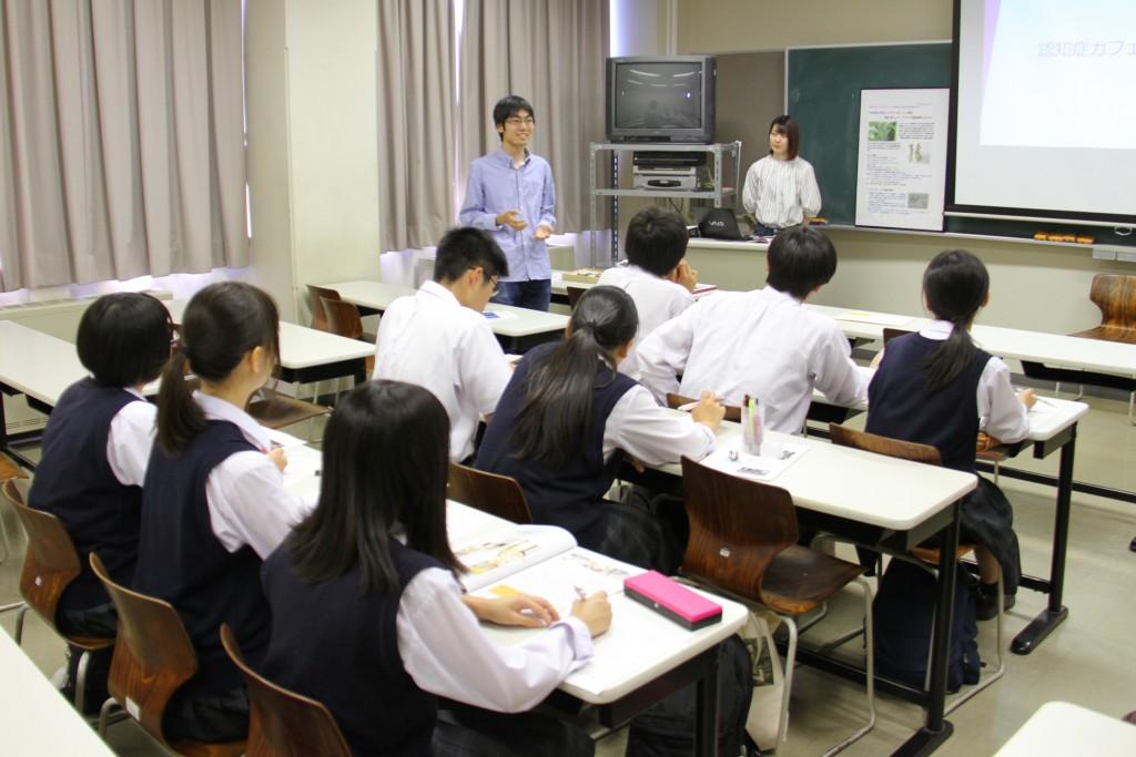 新発田農業高校の生徒の皆さんにプレゼンする学生たち