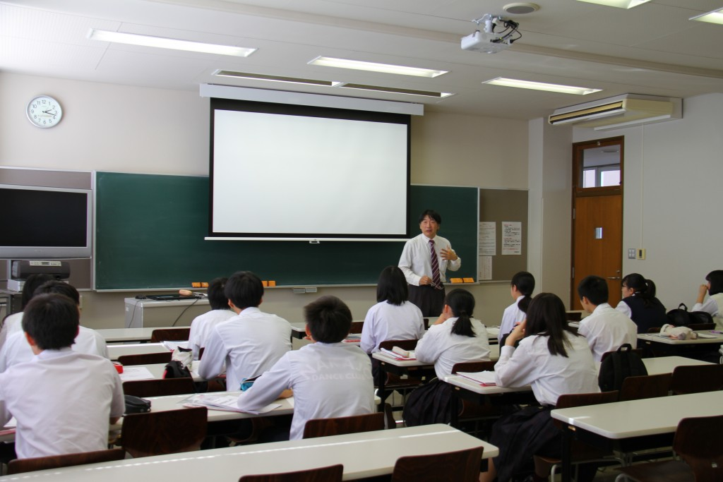 丸畠宏太先生の模擬授業。皆さん真剣に受講していました