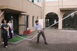 消火栓を使っての放水訓練、打ち水効果で少し暑さも和らぎました