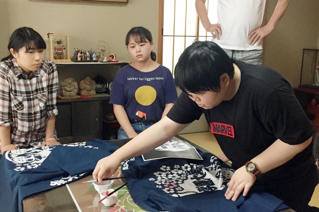 泉屋染物店 山田さまより直接ご指導いただき、色付けの技術を体験させていただきました