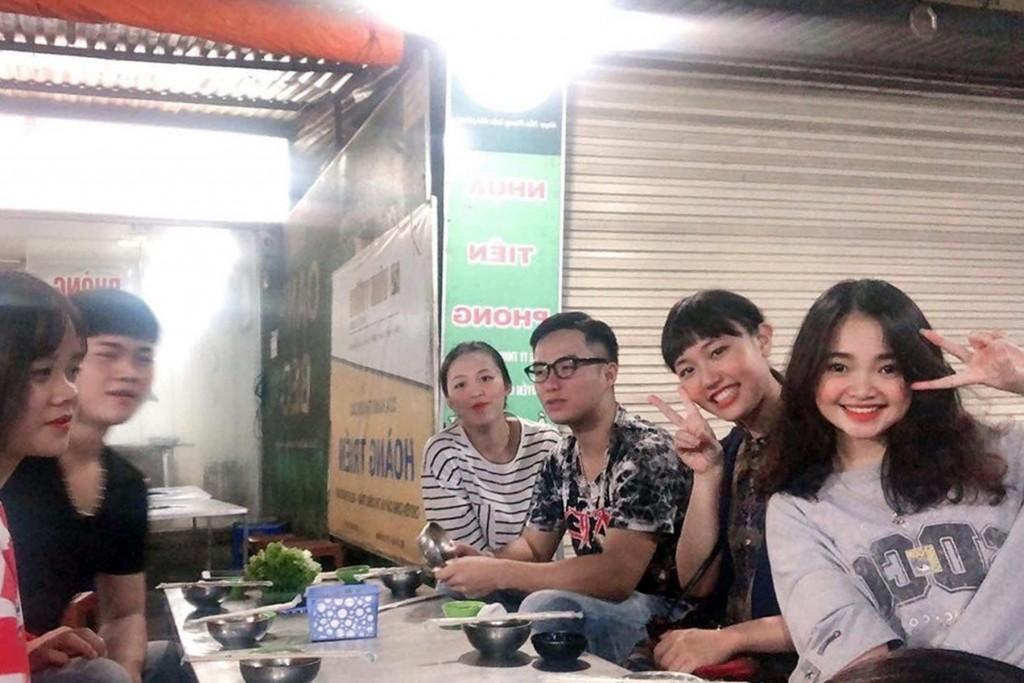 ベトナムの学生たちと現地の屋台を楽しみました