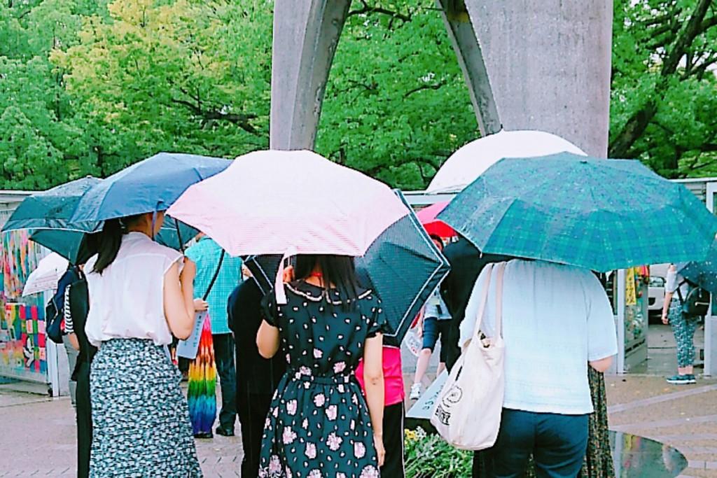 広島平和記念式典に参加し、折り鶴を献納しました