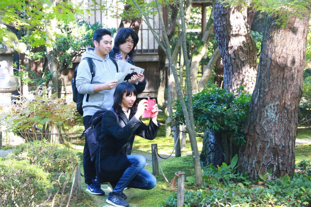 写真撮影をする学生たち その1
