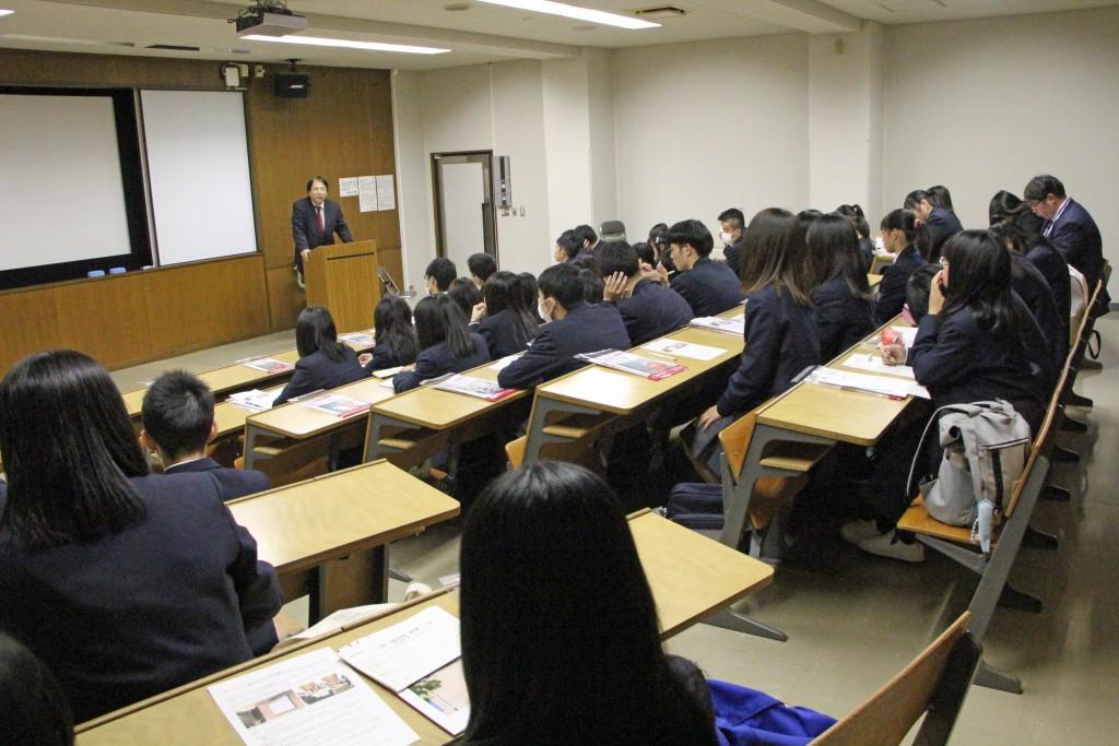 富川尚教授の模擬授業。皆さん真剣に受講していました