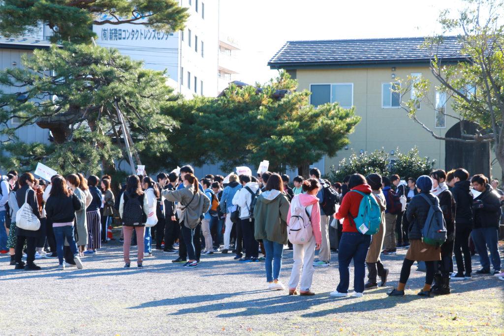 新発田駅前の東公園に集合した学生たち