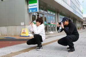 写真撮影をする学生たち その2