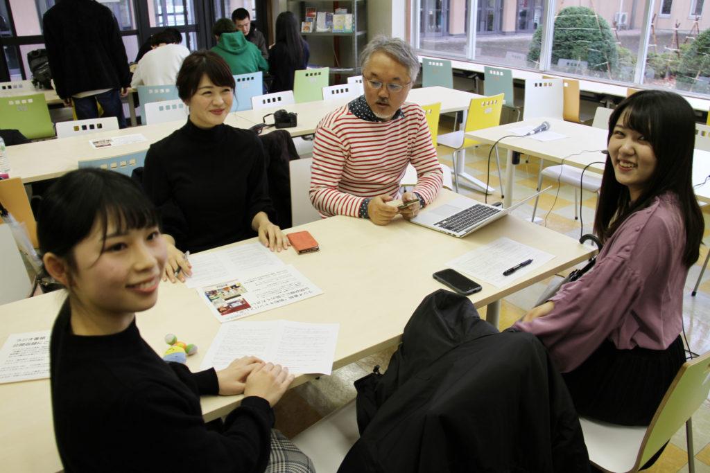 高井瑛子アナを囲んで事前の打ち合わせ、担当の一戸先生と学生たち
