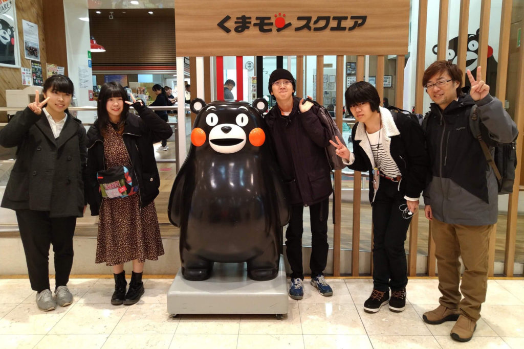 熊本を代表するコンテンツ「くまモン」と記念撮影