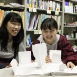【学生レポート】敬和学園大学の学生たちがオリジナルのしかけ絵本づくりに取り組みました