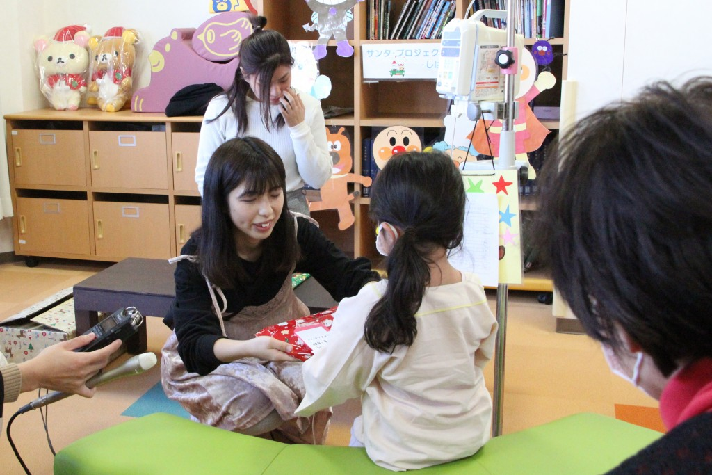 子どもたち一人ひとりに本を手渡ししました