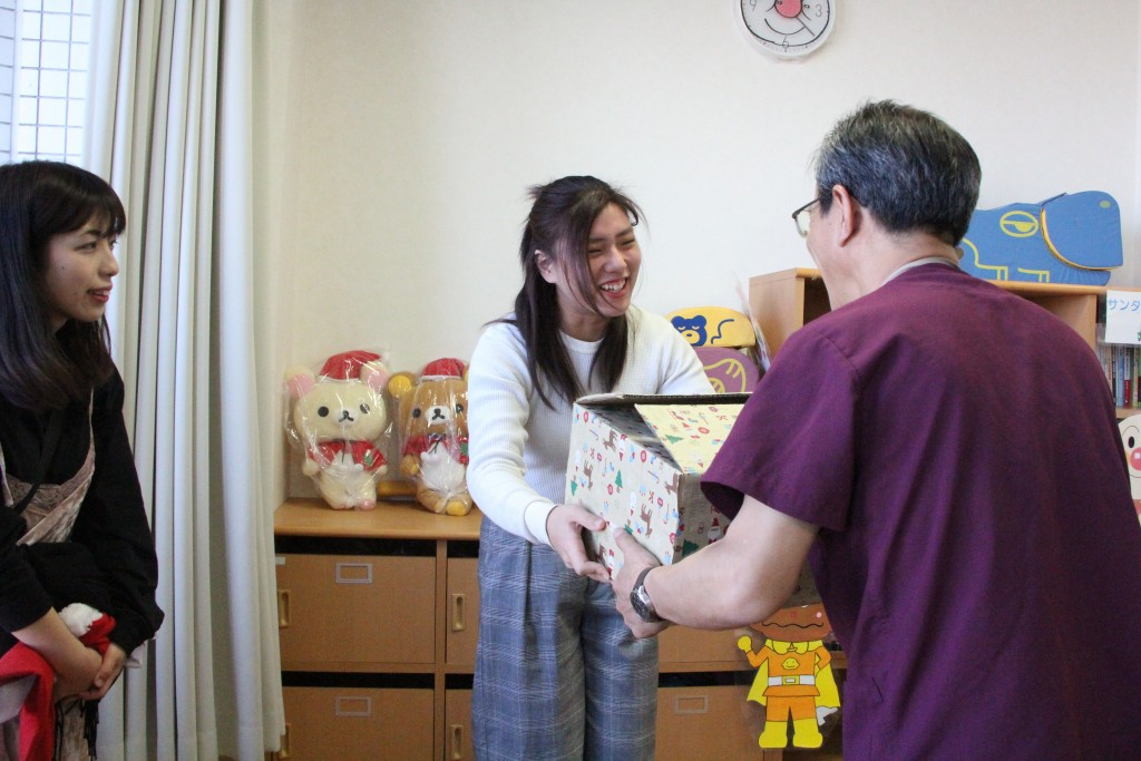皆さまのメッセージ入りカードと共に本を病院にお届けしました(新発田病院)