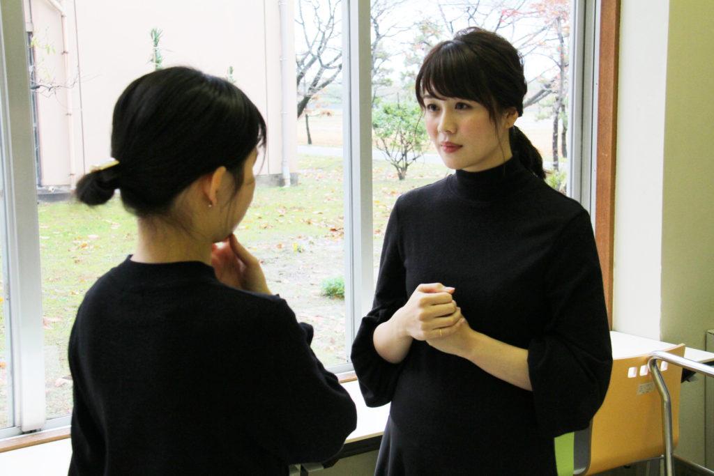 高井瑛子先輩から、アナウンサーになるためのアドバイスをいただく学生