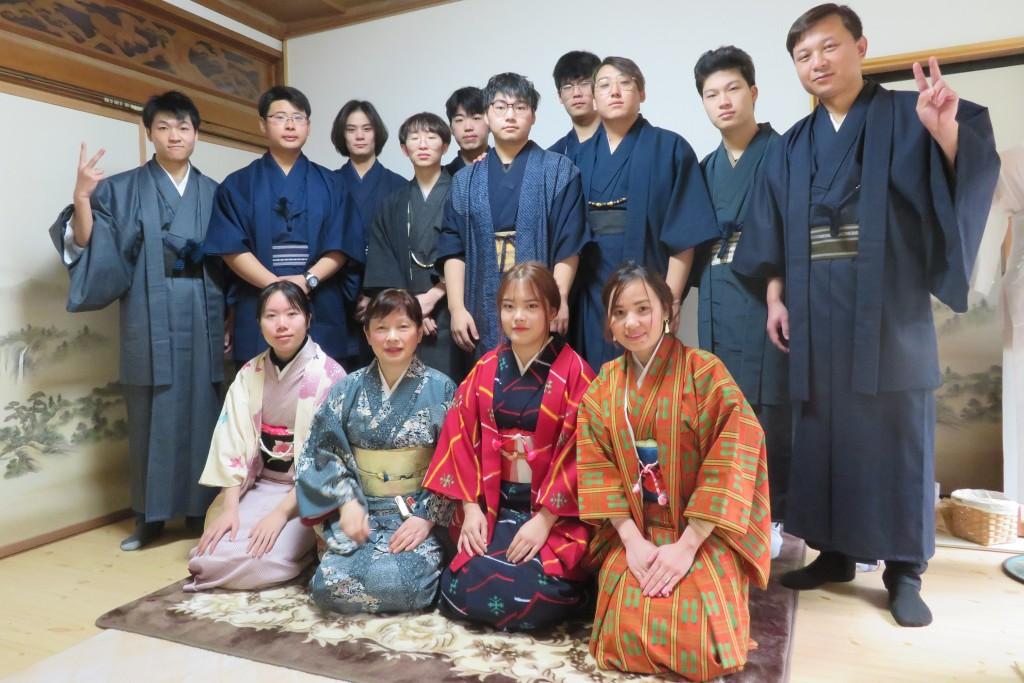 留学生みんな、着物を着て集合写真