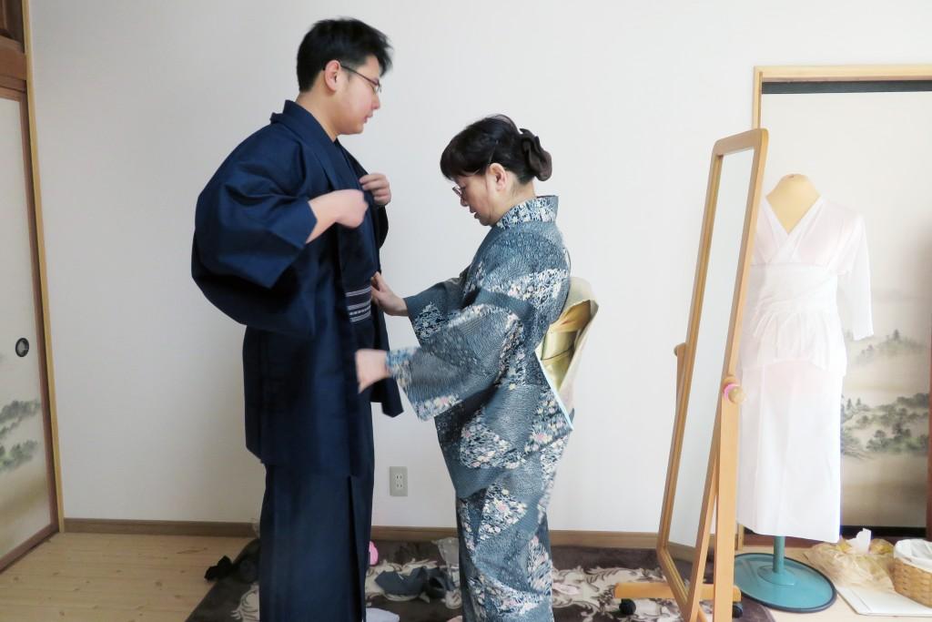 京都きもの学院(聖籠教室)の伊関先生に着付けをしてもらう留学生