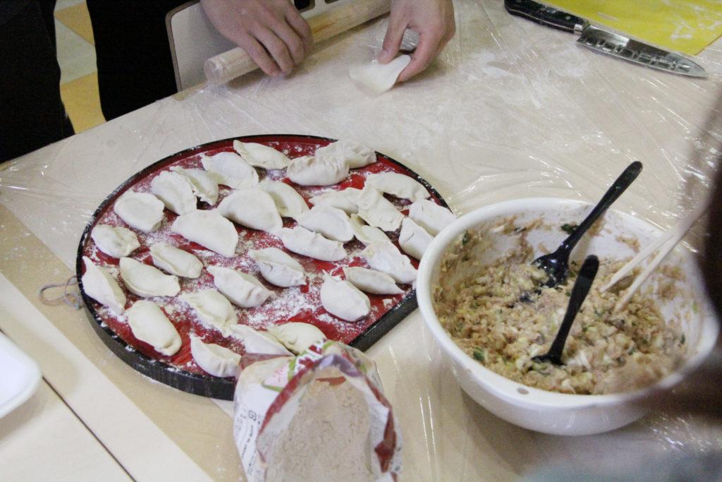 大量の餃子が手際よく作られました
