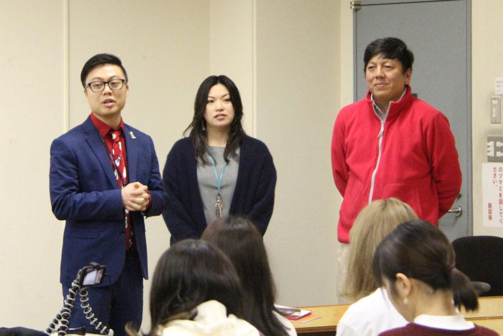 授業を担当するフィル先生、彩子先生、マイク先生(左から)からの総評をいただきました