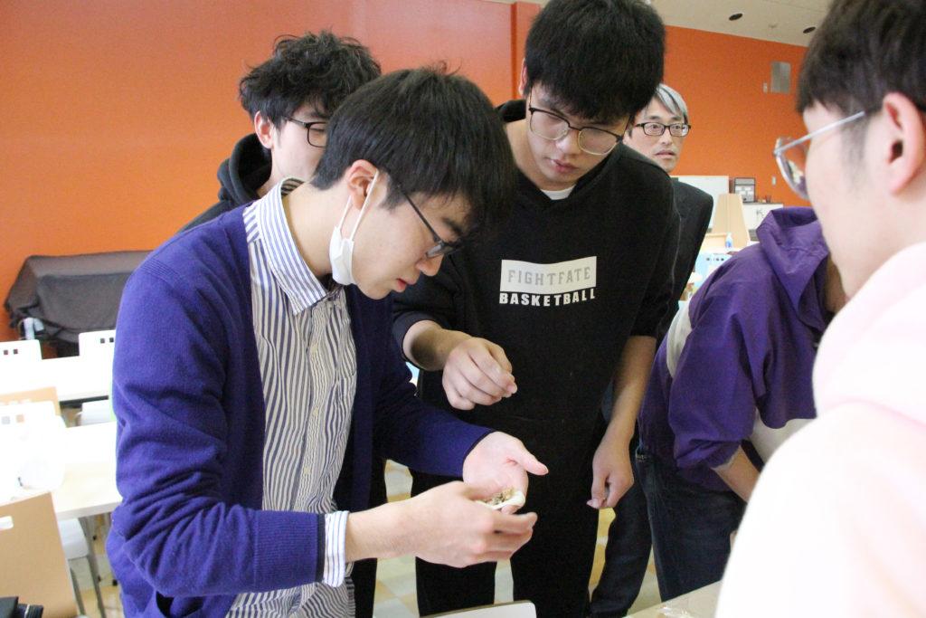 留学生たちは、それぞれの家庭で覚えた包み方を日本人学生に伝えます