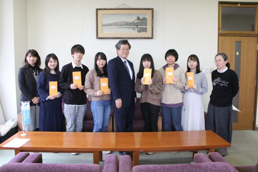 オレンジ会からの奨学金を受け取った学生たち(山田学長と共に)