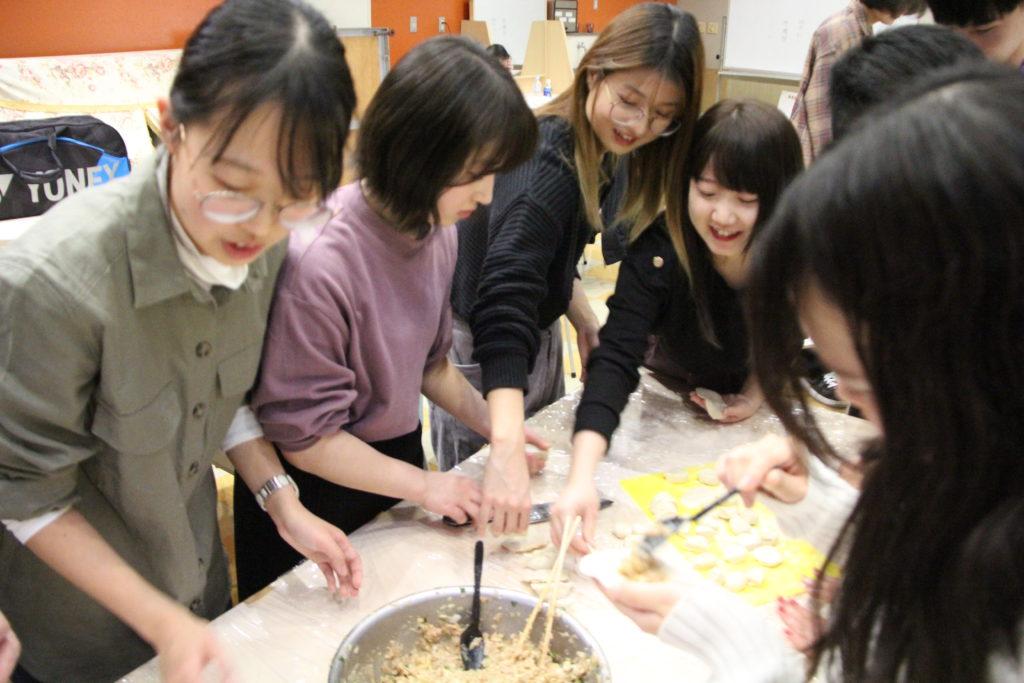 多くの日本人学生たちにとっては初めての餃子作り体験となりました